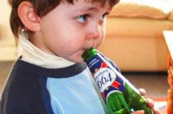 Ребенок с бутылкой пива