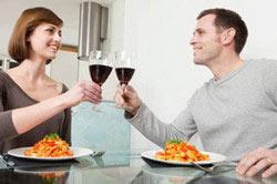 Употребление красного вина во время ужина.