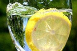 Вода с лимоном или аскорбинкой