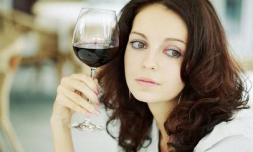 Выпивающая женщина